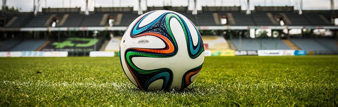 sportvilágítás-focilabda füvön